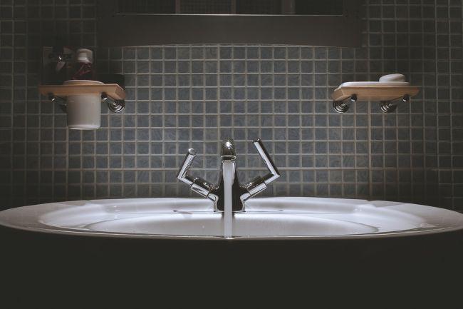 Badezimmer mit Wasserhahn & Durchlauferhitzer